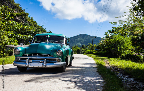 Spoed Foto op Canvas Vintage cars Cuba Oldtimer fährt auf der Strasse