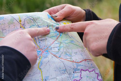Fotografie, Obraz  Młode kobiety podczas wędrówki sprawdzają na mapie gdzie są