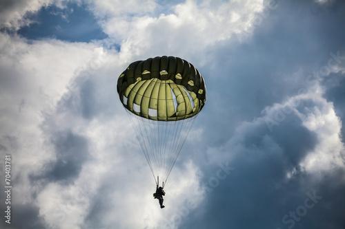 Canvas Print Parachutist in the war