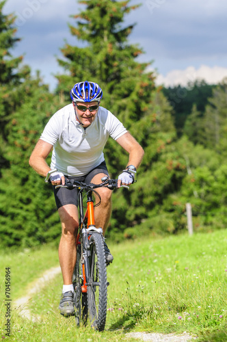 Foto op Plexiglas Fietsen Mountainbiker auf Single-Trail