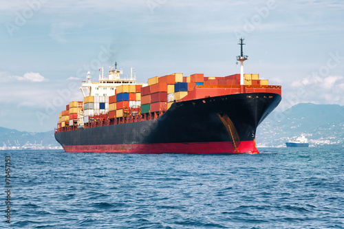 Obraz commercial cargo ship carrying containers - fototapety do salonu
