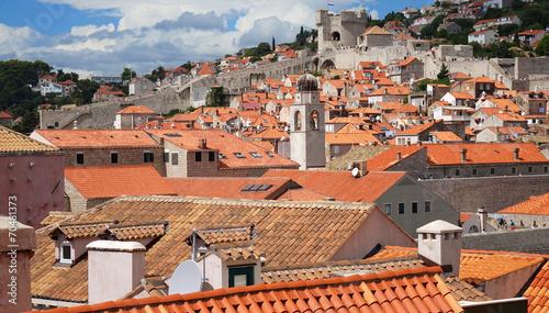 In de dag Centraal Europa Dubrovnik avec ses toits, ses remparts et sa forteresse