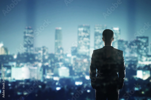 Photographie  businessman looking to city