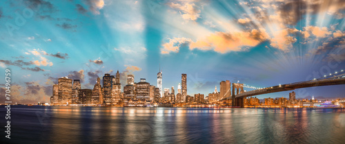 Photo sur Aluminium New York Dramatic sky over Brooklyn Bridge and Manhattan, panoramic night