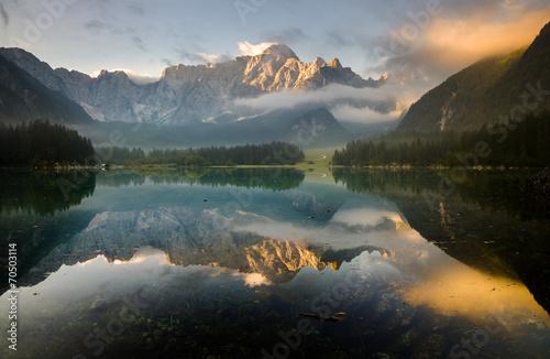 Aluminium Prints Dark grey Jezioro alpejskie budzące się ze snu