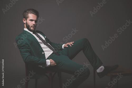 Fotografía  Moda hombre de negocios el uso de traje verde con una camisa blanca negro
