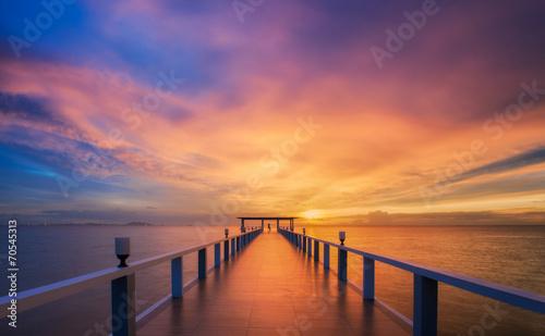 Poster Mer coucher du soleil Wooded bridge in the port between sunrise.