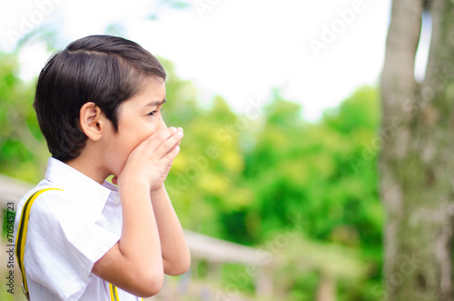 Photo Little boy shouting on the hill
