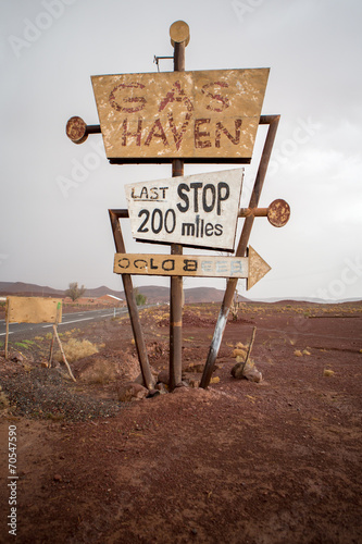 In de dag Route 66 Tall vintage gas sign standing in the desert