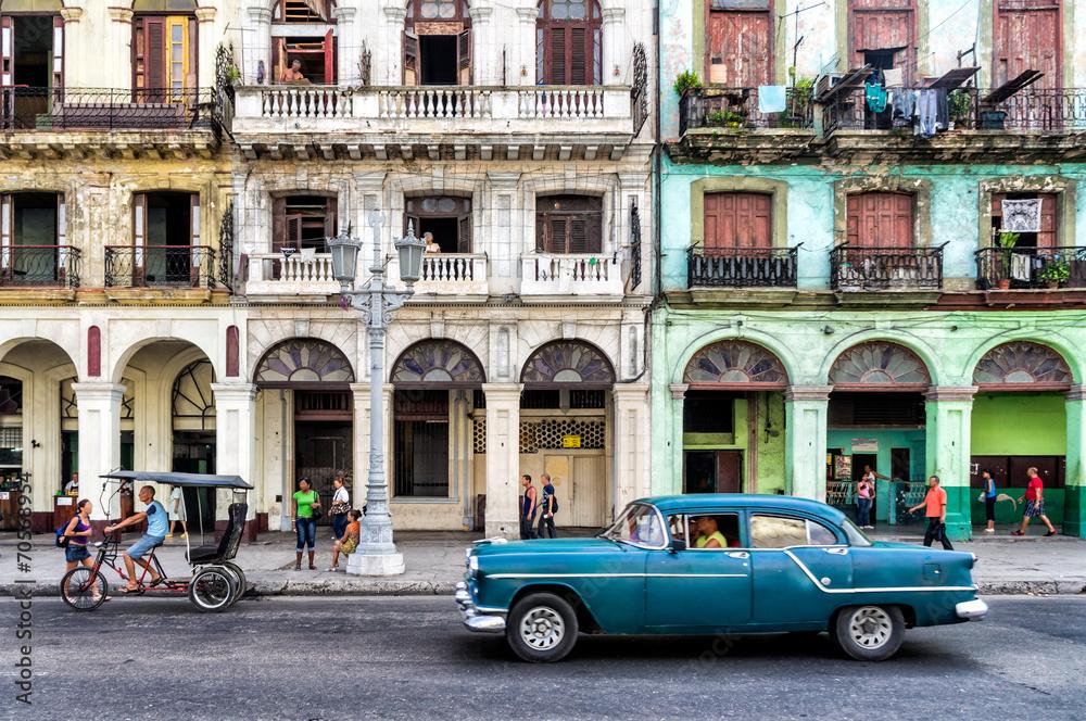 Fotografija  Street scene with vintage car in Havana, Cuba.