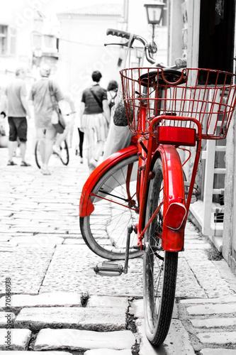 czerwony-rower-na-ulicy