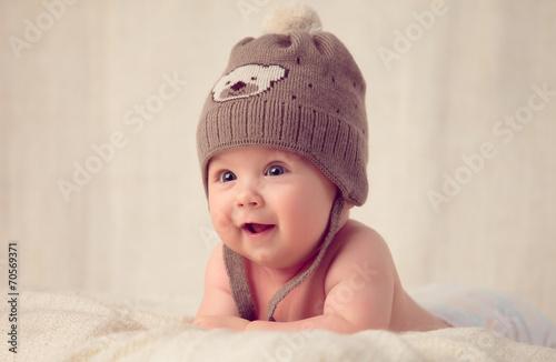 obraz PCV Dziecko leży na miękkiej okładce łóżku