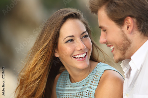 Fotografia  Funny couple laughing with a white perfect smile