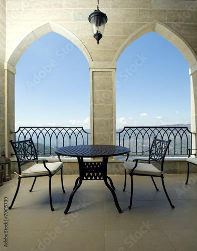 stol-z-krzeslami-na-tarasie-z-widokiem-na-gory