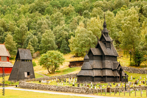 Poster Scandinavië Borgund Stave Stavkirke Church And Graveyard, Norway