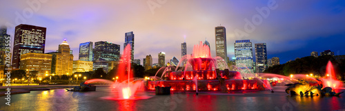Fotomural Chicago skyline panorama with Buckingham fountain at night, USA