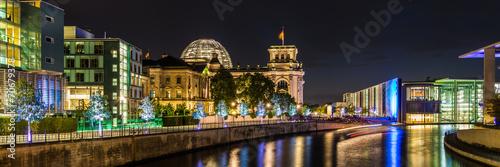 ulica-reichstagufer-i-gmach-parlamentu-widok-noca-berlin-niemcy