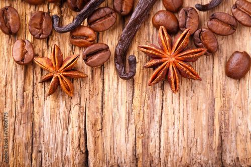 kawa-wanilia-i-anyz-na-drewnie
