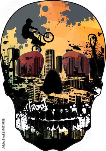 miasto-i-rowerzysci-kaskaderzy-rysunek-w-czaszce-czacha