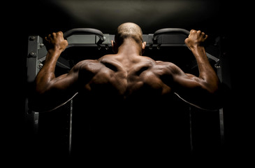 Panel Szklany Fitness / Siłownia Bodybuilder doing pull ups