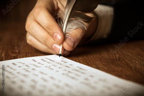 Obraz na plátně Spisovatel píše plnicí pero na papíře práce