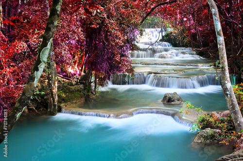 wodospad-w-pieknym-jesiennym-lesie