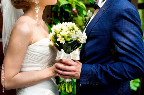 Fotografie, Obraz  Молодожены со свадебным букетом