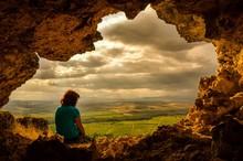 Mujer En Cueva Al Atardecer