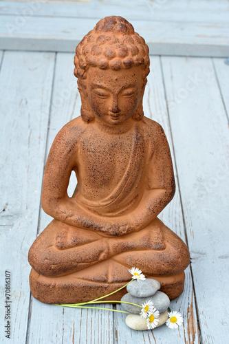 Daisies bruine Boeddha met zenstenen en bloemen