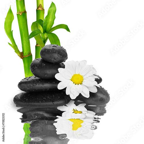 tlo-spa-czarne-kamienie-i-bambusa-na-wodzie