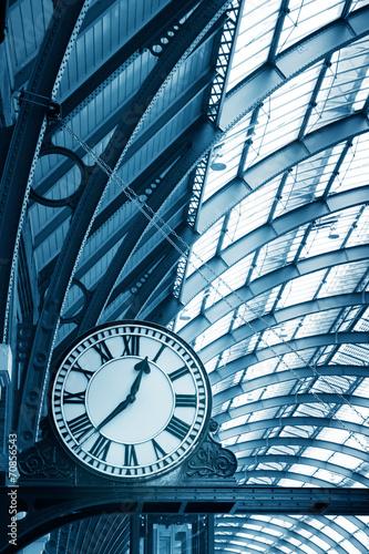 art-zegar-na-nowoczesnym-budynku-na-stacji-metra