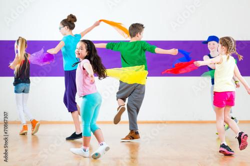Fototapeten Tanzschule Kinder trainieren in Tanzschule