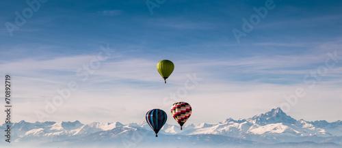 Fotobehang Ballon Mongolfiere e montagne