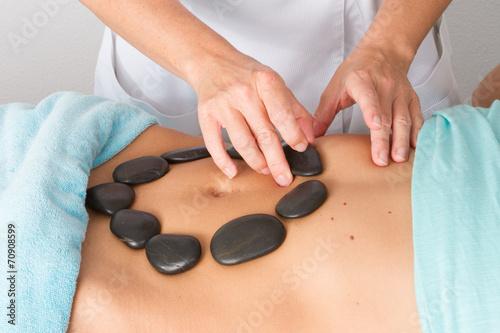 Valokuva Massage pierres chaudes sur le ventre d'une femme
