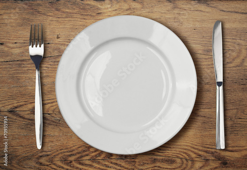 Fotografía  white empty dinner plate setting on wooden table