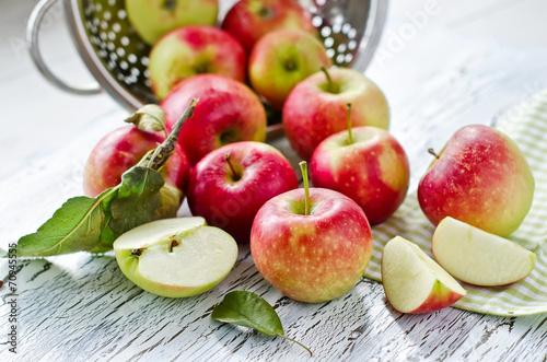 fototapeta na szkło Red świeżych jabłek z ogrodu z liśćmi na drewnianym tle