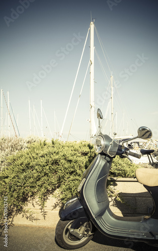 Photo vespa in the harbour
