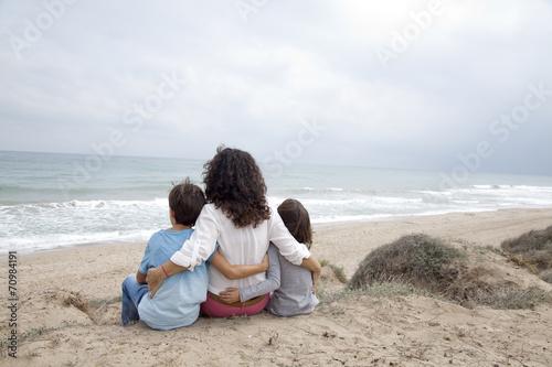 Fotografie, Obraz  Madre contemplando el mar con sus hijos