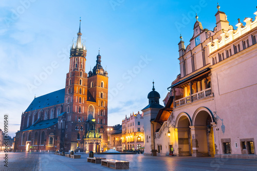 Poster Cracovie Sukiennice and St. Mary's Church at night in Krakow, Poland.