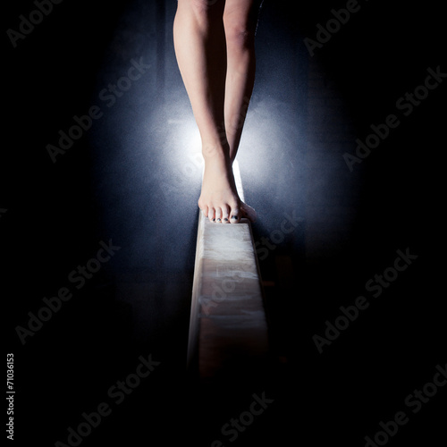 Fotografija feet of gymnast on balance beam