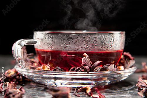 Spoed Foto op Canvas koffiebar Malventee im Glas mit getrockneten Malvenblüten