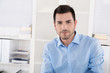 canvas print picture Lachender Geschäftsmann im Büro: Portrait