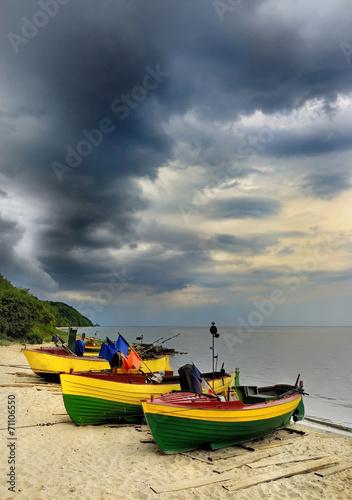 Fotobehang - Krajobraz Morski, morze, łodzie rybackie na plaży