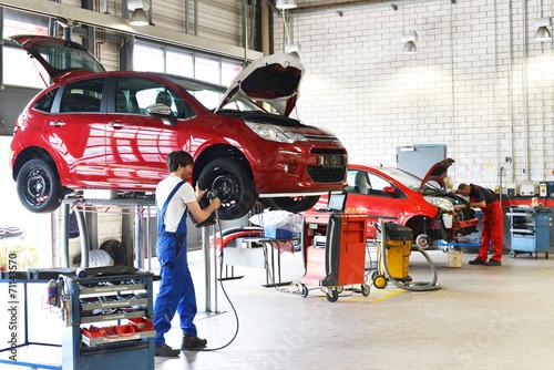 Fotografie, Obraz  Reifenwechsel in einer KFZ Werkstatt // Tire change by mechanic