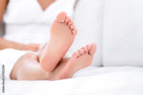Photo Woman feet closeup - barefoot woman relaxing sofa