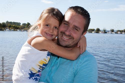Papa avec sa petite fille dans les bras Wallpaper Mural