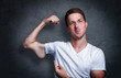 canvas print picture - Junger mann zeigt auf seinen verkümmerten Arm