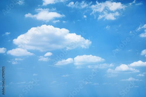 chmury-na-blekitnym-niebie