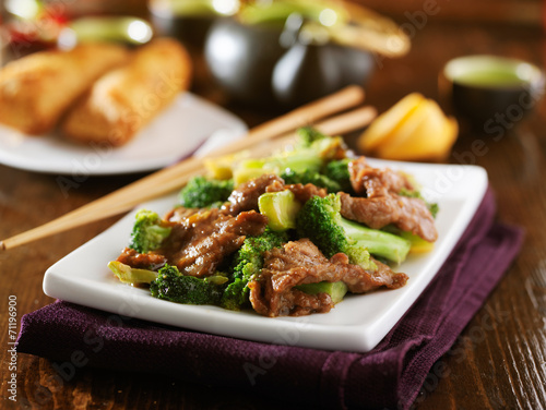 Photo  chinese beef and broccoli  stir fry with sides