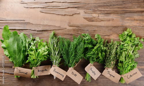 Papiers peints Herbe, epice 2 Different fresh herbs on wooden background